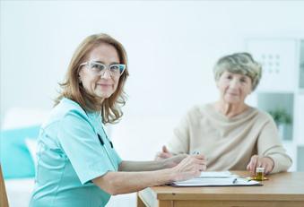 Ärztin und ältere Patientin