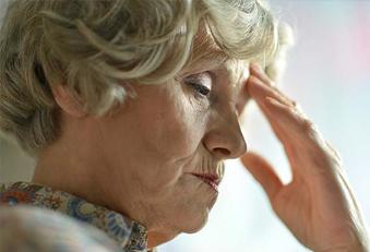Ältere Frau mit Schmerzen